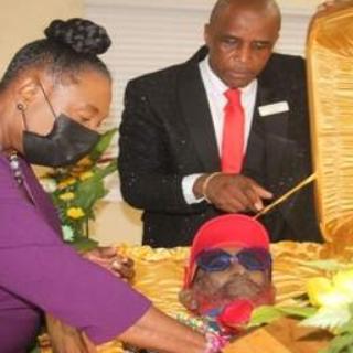 A lenda do reggae, Lee 'Scratch' Perry, é sepultado na Jamaica e é lembrado como um gênio da música Jamaicana.